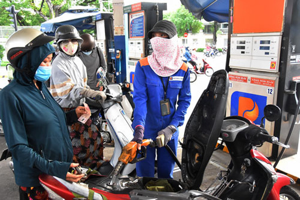 Giá xăng giữ nguyên, giá dầu giảm từ 15h ngày 11/8/2021