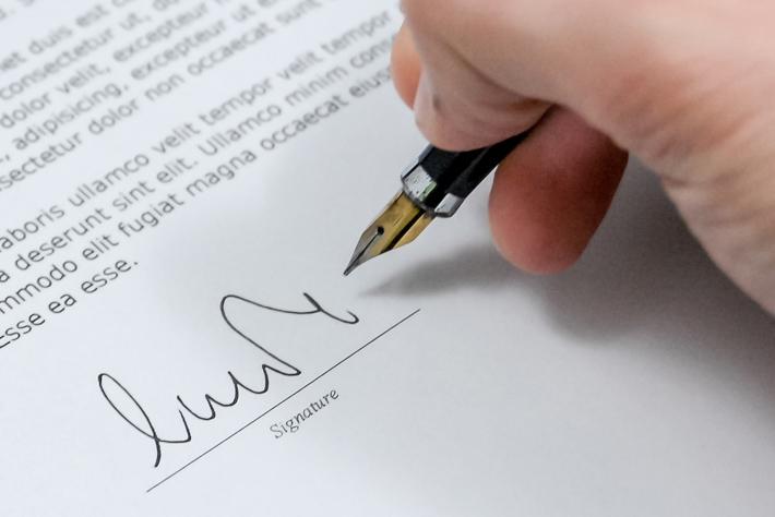 Màu mực sử dụng khi ký chứng từ kế toán, văn bản hành chính